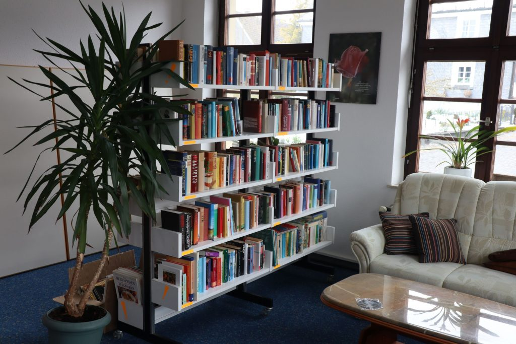 Eines der Bücherregale